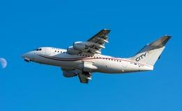 Flygplanet från Cityjet EI-RJT brittisk rymd Avro RJ85 tar av på den Schiphol flygplatsen Fotografering för Bildbyråer