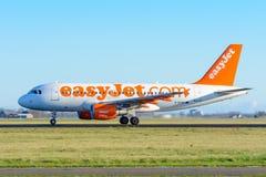 Flygplanet från flygbussen A319-100 för easyJet G-EZAK tar av på den Schiphol flygplatsen Arkivbilder