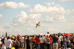 Flygplanet gör ett lågt passerande över åskådarna på den Lucko luften Arkivfoton