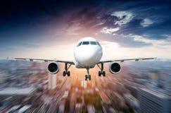 Flygplanet i väg från staden Royaltyfri Fotografi