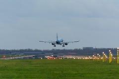 Flygplanet landar arkivbild