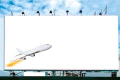 Flygplanet med den vita stora affischtavlan annonserar royaltyfria foton