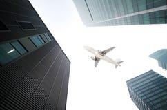 Flygplanet med staden Arkivfoton