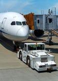 Flygplanet på jetway ordnar till för pushback Fotografering för Bildbyråer