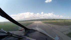 Flygplanet rider på flygplatstaxiwayen, sikt från cockpitnivån lager videofilmer