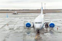 Flygplanet (skriv in luft), är nära den slutliga porten som är klar för start Royaltyfri Bild