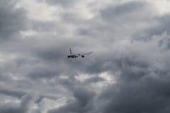 Flygplanet stiger i dåliga vädret Arkivbild