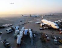Flygplanet tar av från landningsbana Arkivfoto
