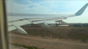 Flygplanet tar av från landningsbanan stock video