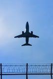 Flygplanet tar av i himlen Royaltyfri Foto