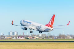 Flygplanet Turkish Airlines TC-JFM Boeing 737-800 tar av på den Schiphol flygplatsen Arkivbild