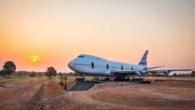 Flygplanet väntar på underhåll på soluppgång Arkivbild