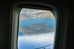 Flygplanfönster, sikt av merceren Island Royaltyfria Foton