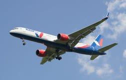 Flygplanföretaget Boeing 757-200 KATEKAVIA VQ-BKF på inställning till den Pulkovo flygplatsen Royaltyfri Foto