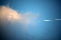 Flygplanfluga in i ett stormmoln Arkivbilder