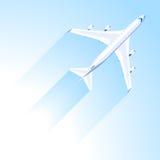 Flygplanfluga på den blåa himlen Royaltyfria Bilder