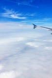 Flygplanflyg - fönstersikt över molnen royaltyfri fotografi