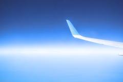 Flygplanflyg i en blå himmel på en solig dag Royaltyfri Bild