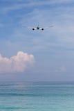 Flygplanflyg i himlen i den phuket ön Royaltyfria Foton