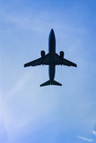 Flygplanflyg i himlen i phuket Royaltyfri Bild