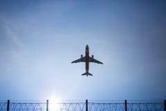 Flygplanflyg i himlen i phuket Fotografering för Bildbyråer