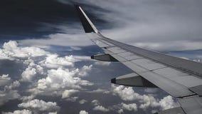 Flygplanflyg i himlen, molnen och det härliga solskenet arkivfilmer