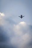 Flygplanflyg in i moln Arkivfoto