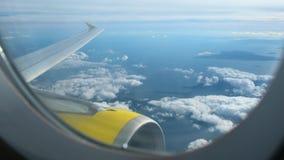 Flygplanflyg i skyen lager videofilmer