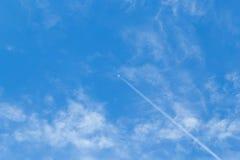 Flygplanflyg i skyen Royaltyfri Bild