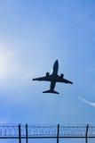 Flygplanflyg i skyen Arkivbilder