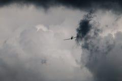 Flygplanflyg in i stormiga moln/himmel Royaltyfria Bilder