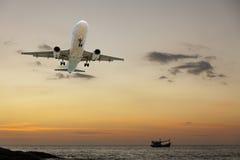 flygplanflyg med scenisk sikt av härlig solnedgång- och havsove Arkivfoto