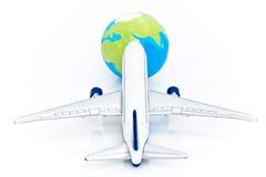 Flygplanflyg in mot jord Arkivbild
