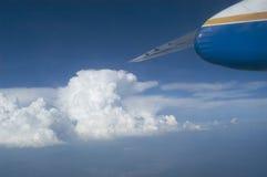 Flygplanflyg ovanför oklarheterna Arkivbilder