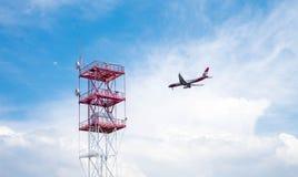 Flygplanflyg till och med den molniga skyen royaltyfri illustrationer