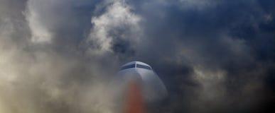 Flygplanflyg till och med storm Royaltyfri Foto