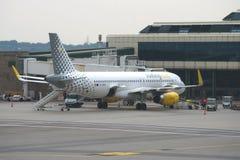 Flygplanflygbuss A320 EC-MFM Vueling Airlines på den Malpensa flygplatsen, Milan Arkivbild