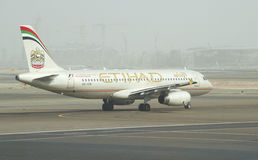 Flygplanflygbuss A318-321 Etihad Airways för start Abu Dhabi flygplats Royaltyfri Bild