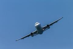 Flygplanflygbuss som rättframt flyger Arkivfoton