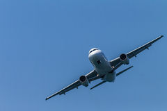Flygplanflygbuss som rättframt flyger Fotografering för Bildbyråer