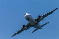 Flygplanflygbuss som rättframt flyger Arkivbild