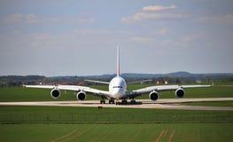Flygplanflygbuss A380 - Vaclav Havel Airport Prague, Tjeckien royaltyfri fotografi
