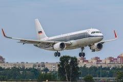 Flygplanflygbussen A320 Dobrolet av Aeroflot landar på landningsbanan på flygplatsen Pulkovo Arkivbilder
