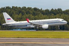 Flygplanflygbussen A320 Dobrolet av Aeroflot landar på landningsbanan på flygplatsen Pulkovo Royaltyfria Foton