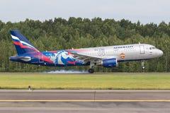 Flygplanflygbussen A320 PFC CSKA av Aeroflot landar på landningsbanan på flygplatsen Pulkovo Royaltyfria Bilder