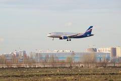 Flygplanflygbussen A320-214 (VP-BWD) Aeroflot ska landa på flygplatsen Pulkovo Fotografering för Bildbyråer