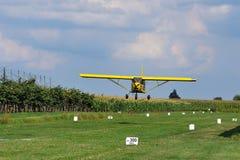 flygplangräslandning Royaltyfria Bilder