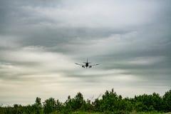 Flygplangrundstötning i molnigt väder royaltyfri foto