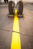 Flygplangummihjul på gul linje Fotografering för Bildbyråer