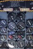Flygplaninstrumentbräda med runda instrument Arkivbild